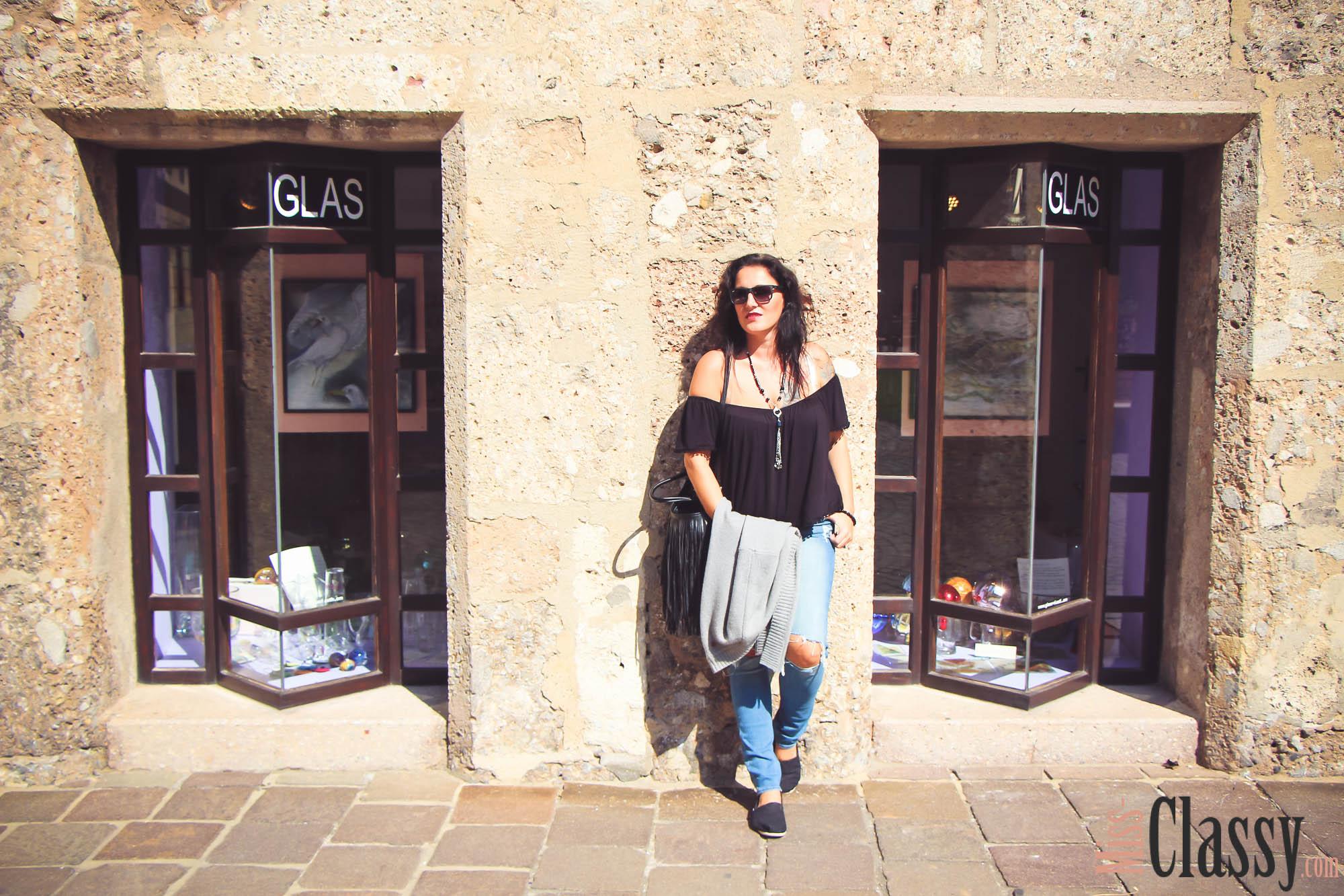 OUTFIT - Destroyed Jeans mit grauer Strickjacke in Innsbruck