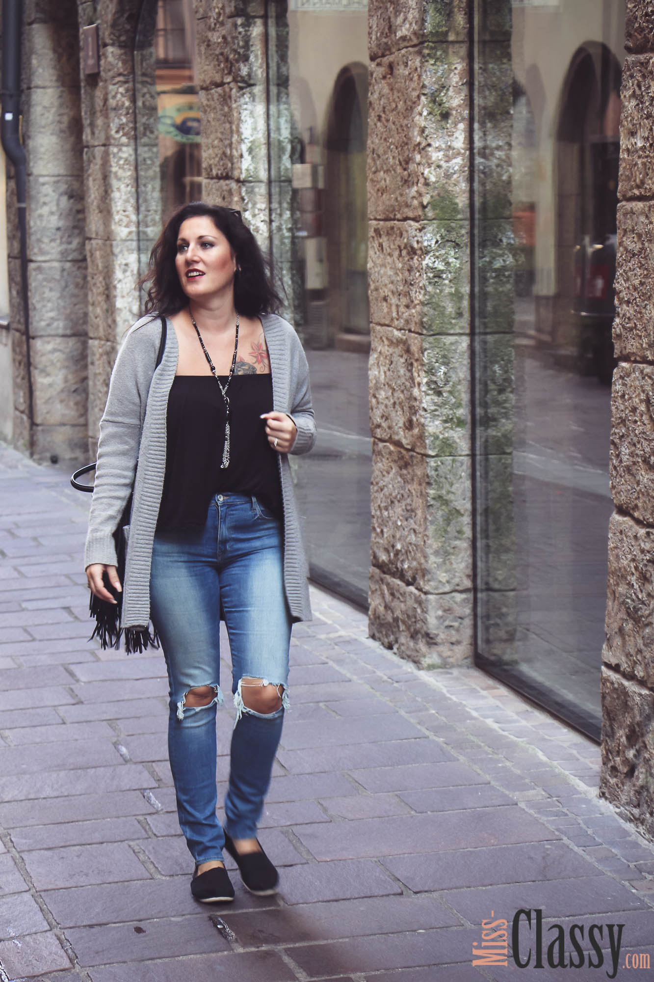 OUTFIT - Destroyed Jeans mit grauer Strickjacke in Innsbruck