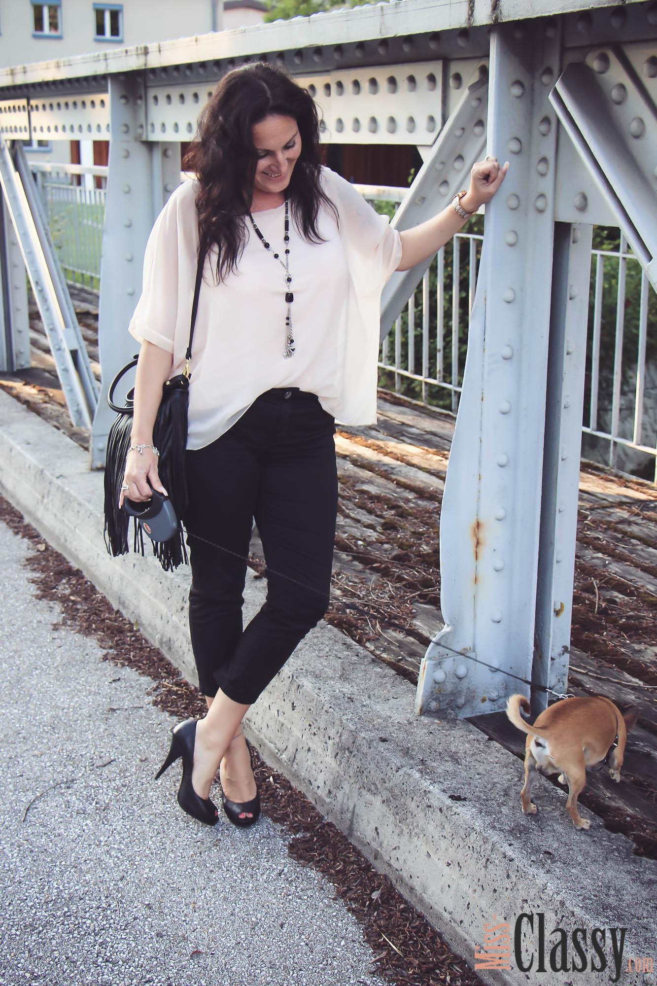 OUTFIT Rosa Shirt mit Fledermausärmeln, schwarzer Hose und Peep-Toes - Fransentasche - Chihuahua
