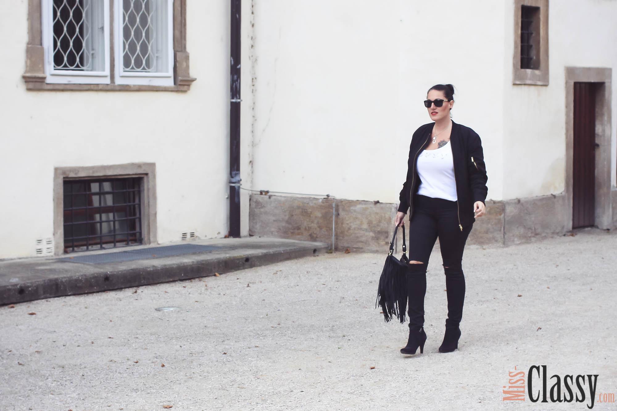 OUTFIT Schwarze Bomberjacke mit ripped Jeans und Fransentasche - Stiefelette - Guess - MAC Lippenstift - Graz - Orangerie im Burggarten, Bomberjacke Lippenstift, Miss Classy, miss-classy.com