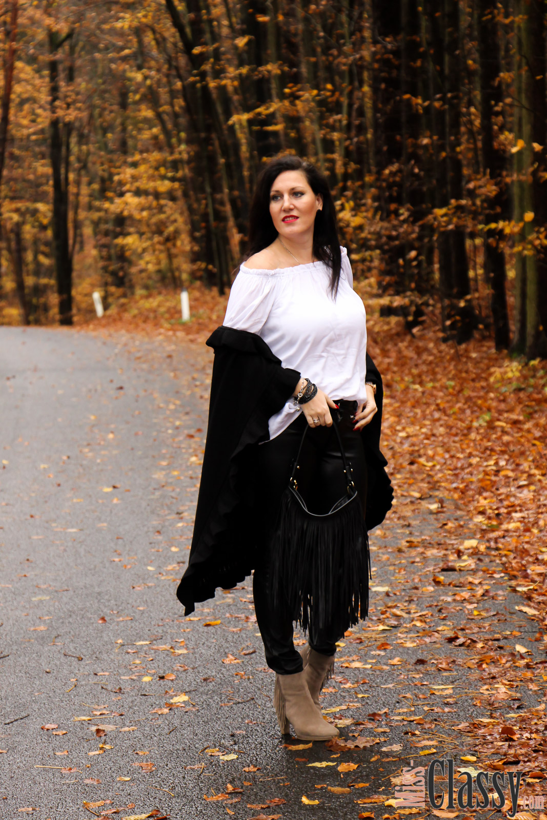 outfit wei e off shoulder bluse mit trompeten rmeln und lederhose miss classy. Black Bedroom Furniture Sets. Home Design Ideas