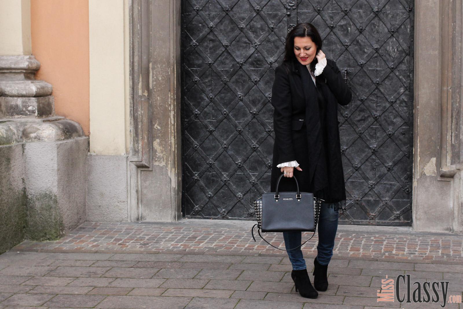 Outfit schwarzer wollmantel und wei e bluse mit glocken rmeln miss classy - Schwarzer wollmantel ...