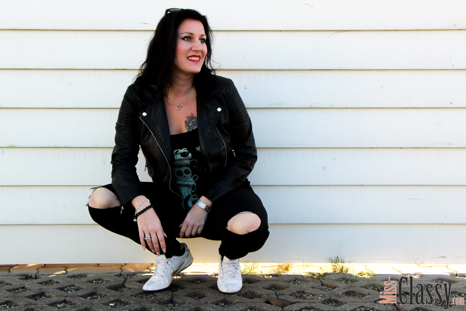 OUTFIT Wenn Kater schwarz, T-Shirt gut, Miss Classy, classy, beclassy, Fashionblog, Fashionblogger, Österreich, Austria, Graz, All Black, Kater Likoli, T-Shirt, Lederjacke, Knee-Cut Jeans, Nike, Sneakers