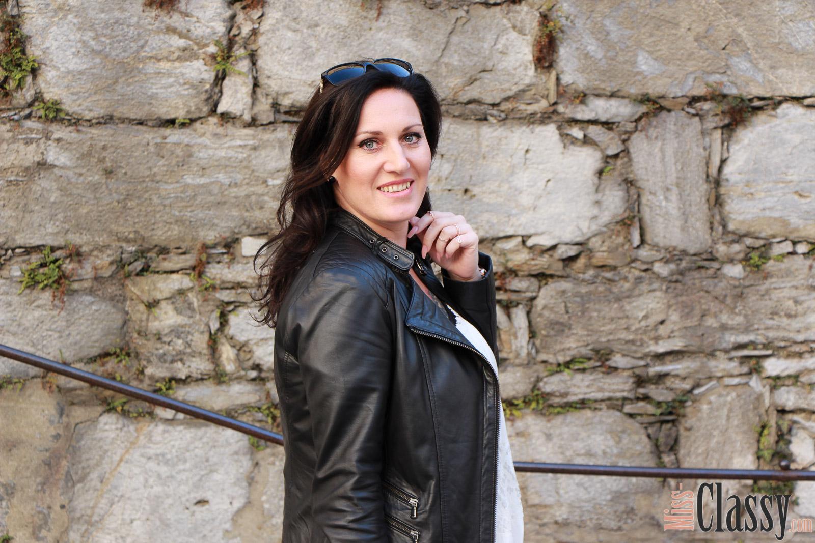 OUTFIT Weisses Kleid mit Spitze - Mein Outfit für den Bloggerbrunch, Miss Classy, miss-classy.com, Fashionblog, Fashionblogger, Fashionblog Graz, Lifestyleblog Graz, Graz, Steiermark, Österreich, classy, beclassy, classy Fashion, weisses Spitzenkleid, weisses Kleid mit Spitze, Guess, Lederjacke, Lederjacke Hallhuber, Lederleggings, Sonnenbrille Burberry, Selma Michael Kors, Stiefeletten, Bloggertreffen, Bloggerbrunch, Cafe Fotter