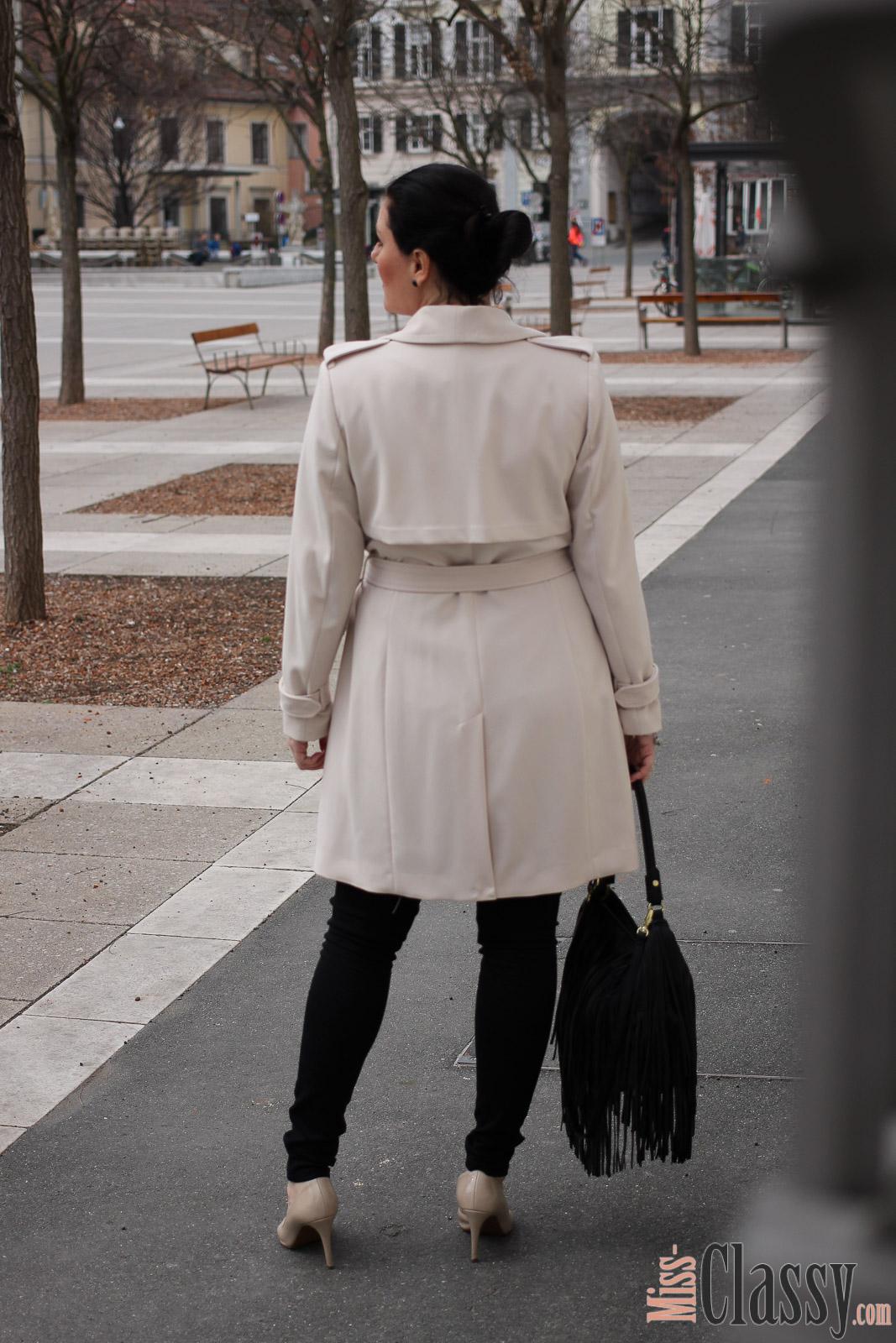 OUTFIT Beiger Mantel von H&M, Miss Classy, miss-classy.com, Fashionblog, Fashionblogger, Fashionblog Graz, Lifestyleblog Graz, Graz, Karmeliterplatz, Steiermark, Österreich, classy, beclassy, classy Fashion, Frühling in Graz, Outfit, Style, Fashion, Mode, OOTD, Beiger Mantel, Fransentasche, High Heels, Pumps