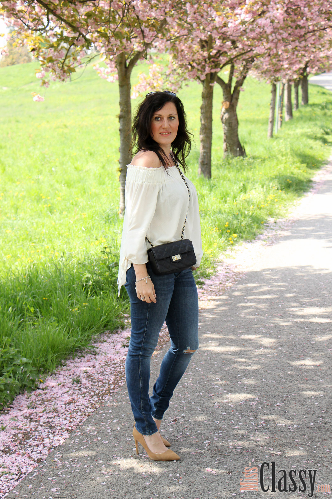 OUTFIT Kneecut-Jeans mit Offshoulder-Bluse von H&M und braunen Pumps von Zara, Miss Classy, miss-classy.com, Fashionblog, Fashionblogger, Fashionblog Graz, Lifestyleblog Graz, Graz, Steiermark, Österreich, classy, beclassy, classy Fashion, Outfit, Style, Fashion, Mode, OOTD, Kneecut-Jeans von H&M, Denim, Sonnebrille Burberry, Michael Kors, Off-Shoulder Bluse von H&M, Pumps von Zara, braune Pumps, Frühling, Alles blüht, Rosenhain, Rosenhain Graz, Kirschblüten, Zierkirsche