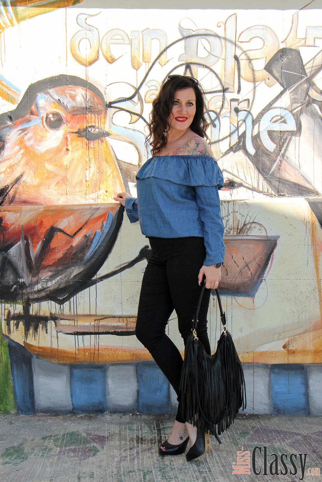 OUTFIT Off-Shoulder Denimbluse von H&M am Citybeach Graz, Miss Classy, miss-classy.com, Fashionblog, Fashionblogger, Fashionblog Graz, Lifestyleblog Graz, Graz, Steiermark, Österreich, classy, beclassy, classy Fashion, Outfit, Style, Fashion, Mode, OOTD, Lippenstift MAC, MAC Life's Blood, MAC Cosmetics, Fransentasche H&M, Sonnenbrille Burberry, Off-Shoulder Denimbluse, Mur, Murpromenade, Peep-Toes, High Heels, Humanic, Citybeach Graz, Der Grazer Stadtstrand, Graffiti