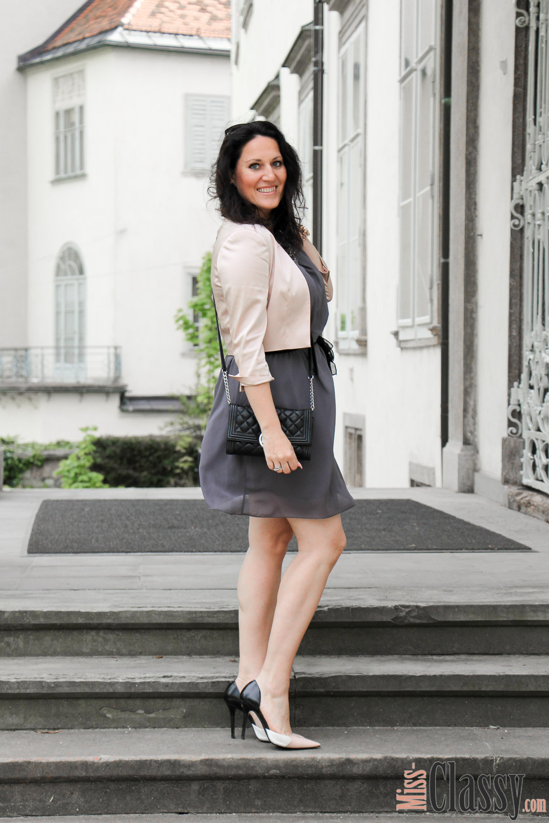 OUTFIT Kleid mit Ziersteinen und rosa Jäckchen, Miss Classy, miss-classy.com, Fashionblog, Fashionblogger, Fashionblog Graz, Lifestyleblog Graz, Graz, Steiermark, Österreich, classy, beclassy, classy Fashion, Outfit, Style, Fashion, Mode, OOTD, Lippenstift MAC, MAC Cosmetics, High Heels, Zara, Sonnenbrille Burberry, Clutch Michael Kors, Kleid Cartoon, Jäckchen Mariposa