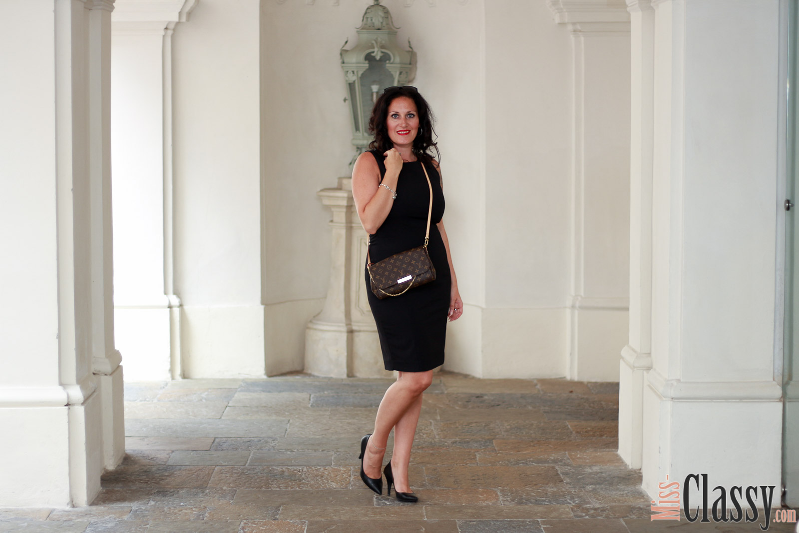 OUTFIT Elegant und Classy - Das kleine Schwarze - 4Stylez4U, Miss Classy, miss-classy.com, Fashionblog, Fashionblogger, Fashionblog Graz, Lifestyle Blog Graz, Lifestyleblog, Graz, Steiermark, Österreich, classy, beclassy, classy Fashion, edel, rassig, stilvoll, nobel, elegant, Outfit, Style, Fashion, Mode, OOTD, Lippenstift MAC, MAC Cosmetics, High Heels, Pumps, Das kleine Schwarze, Kleid, elegantes Kleid, H&M, Louis Vuitton, Favroite von Louis Vuitton, Clutch, Sonnenbrille Burberry, Ring Swarovski, Blogparade, 4Stylez4U