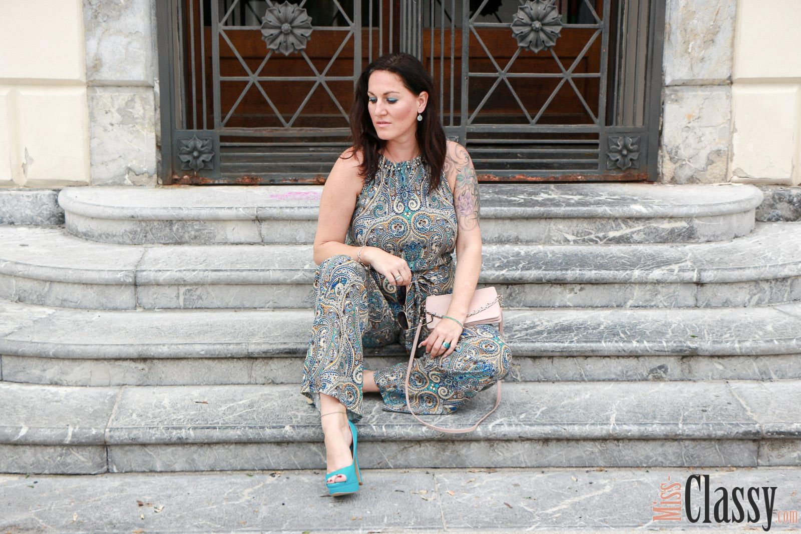 OUTFIT Jumpsuit mit Muster und türkisen High Heels, Miss Classy, miss-classy.com, Fashionblog, Fashionblogger, Fashionblog Graz, Lifestyle Blog Graz, Lifestyleblog, Graz, Steiermark, Österreich, classy, beclassy, classy Fashion, Outfit, Style, Fashion, Mode, OOTD, Lippenstift MAC, MAC Cosmetics, High Heels, Pilotenbrille, Sonnenbrille, rosa Clutch, Jumpsuit von Orsay, Orsay