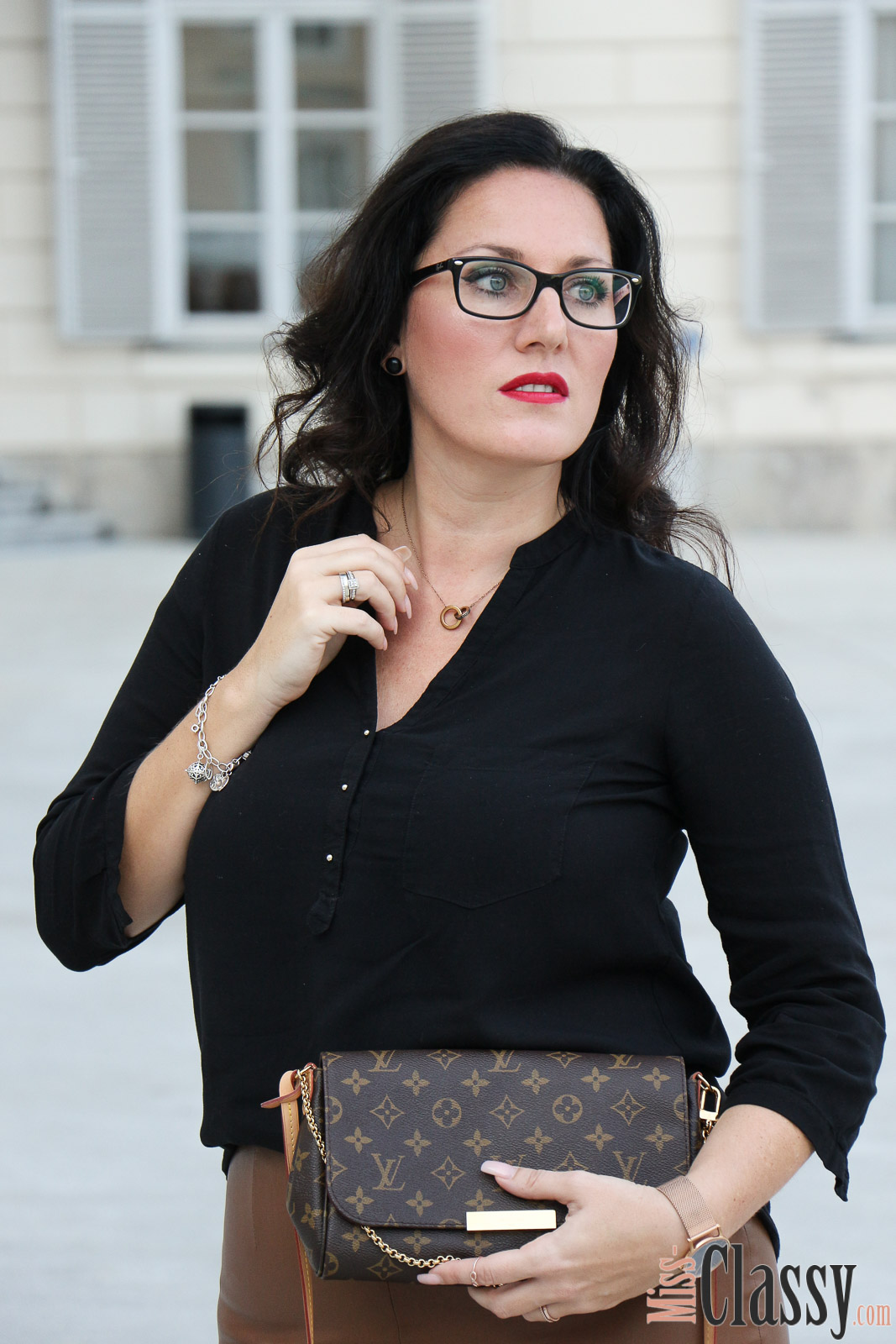 OUTFIT: Businesslook mit braunem Lederrock, Miss Classy, Fashion Blog, Lifestyle Blog, Blogger Graz, classy, Lederrock, schwarze Bluse von Zara, Businesslook, Bürooutfit, Favorite von Louis Vuitton, Coffee to Go, High Heels von Buffalo, Paul Hewitt, Rosegold, Brille von Ray Ban