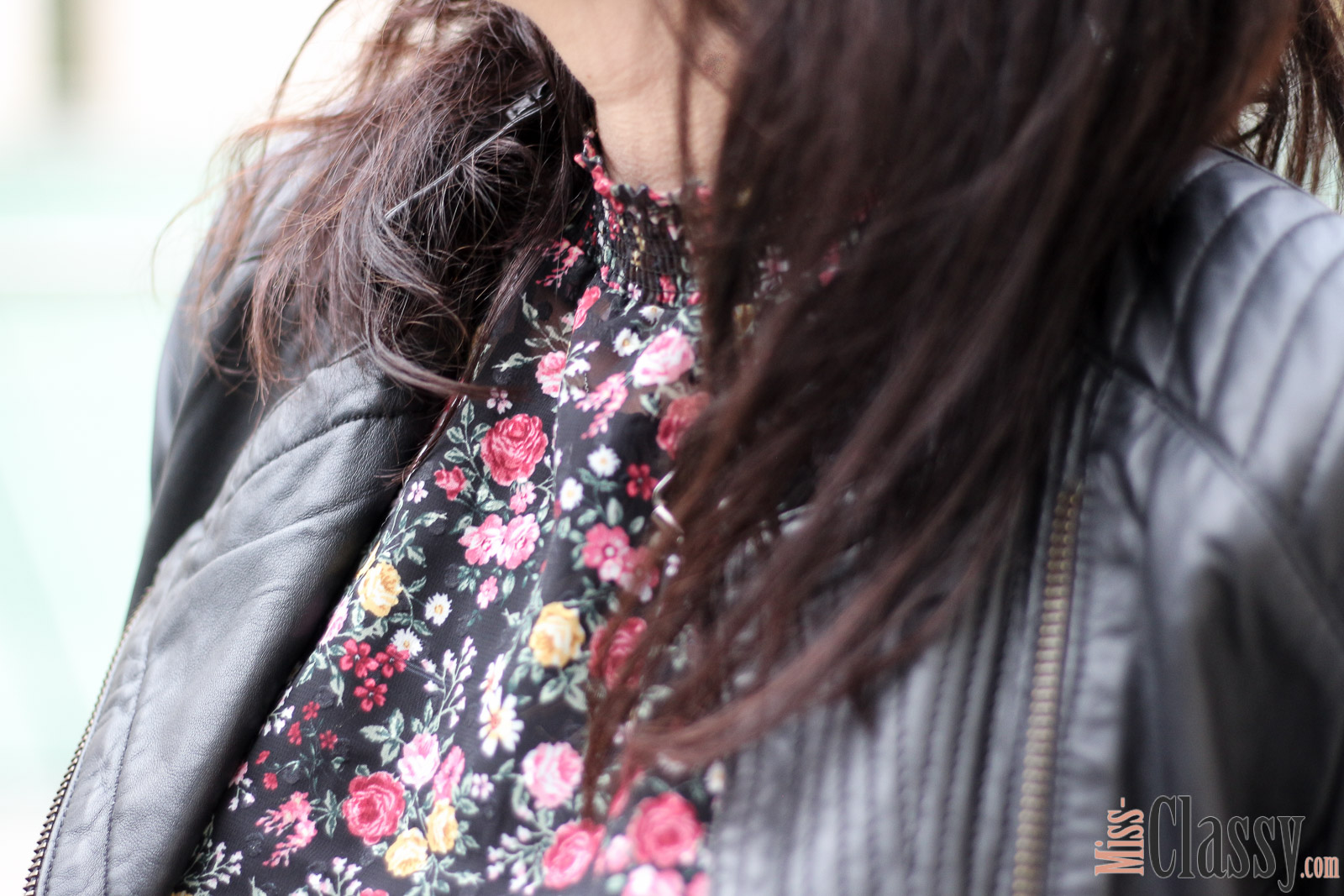 OUTFIT: Blumenprint Bluse mit schwarzer weiter Hose und Lederjacke, Miss Classy, Grazer Fashion Blog, Lifestyle Blog, Bloggerin Graz, classy Fashion, Lederjacke von Hallhuber, Blumenprint Bluse von H&M, schwarze weite Hose, Clutch Favorite von Louis Vuitton, Herbstmode, Stiefeletten, Claretcast Lippenstift von MAC