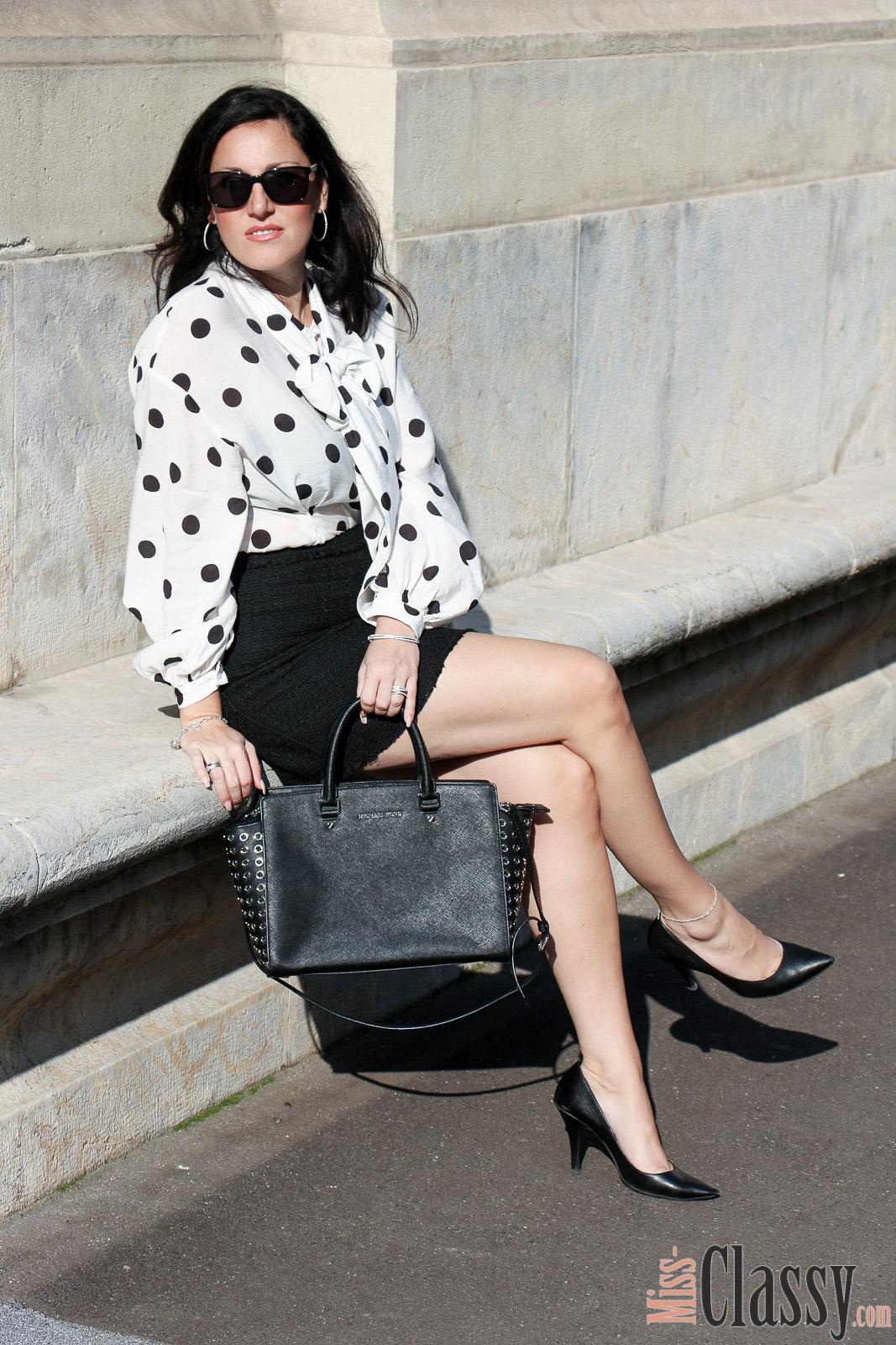 OUTFIT: Polka Dot Bluse mit kurzem Rock im Business Style, Miss Classy, Grazer Fashion Blog, Lifestyle Blog, Blogger Graz, classy Fashion, Polka Dot Bluse, kurzer schwarzer Rock aus Strukturstoff, H&M, Pumps, Sonnenbrille von Burberry, Handtasche Selma Grommet von Michael Kors