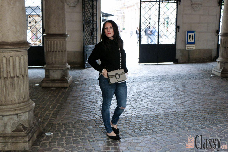 OUTFIT: Schwarzer Wollpullover, Strick trifft Denim - 7 Girls 7 Styles, Miss Classy, Grazer Fashion Blog, Lifestyle Blog, Blogger Graz, classy Fashion, Strickpullover, Jeans, H&M, Handtasche von Sassy Classy, Mules, weiße Bluse