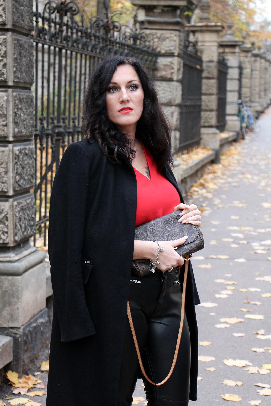 outfit lederhose mit roter bluse und schwarzem wollmantel so kombiniere ich die trendfarbe. Black Bedroom Furniture Sets. Home Design Ideas