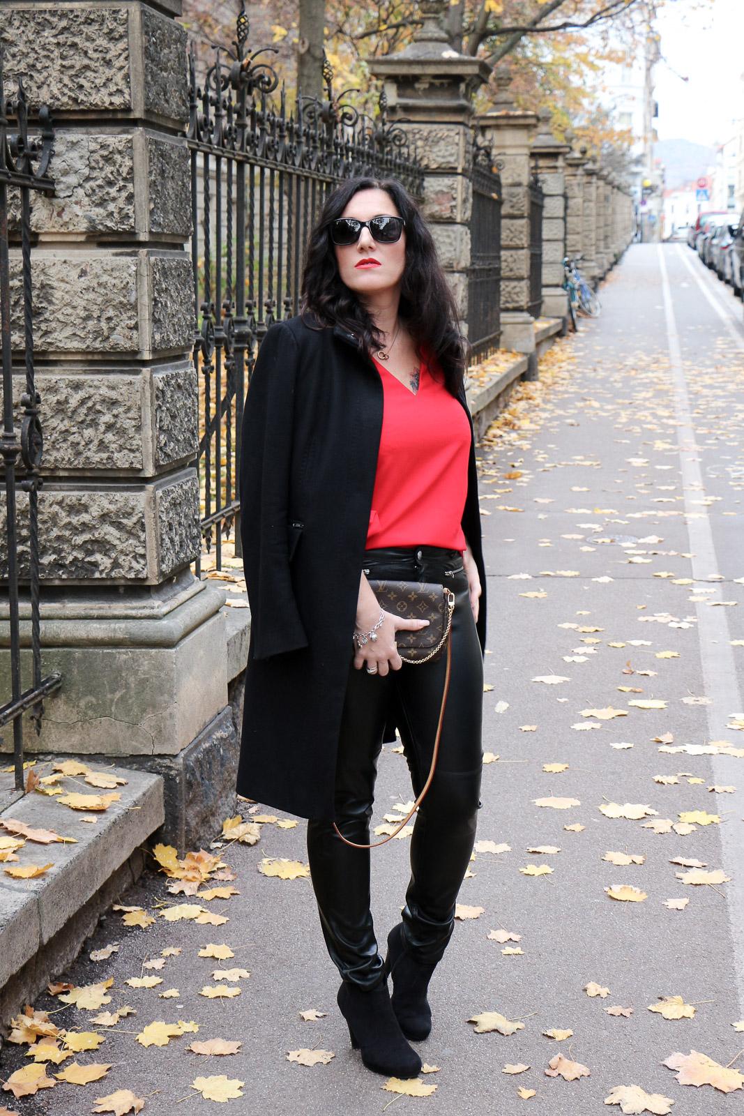 schwarzem Wollmantel roter Bluse mit und OUTFITLederhose deWCxorB