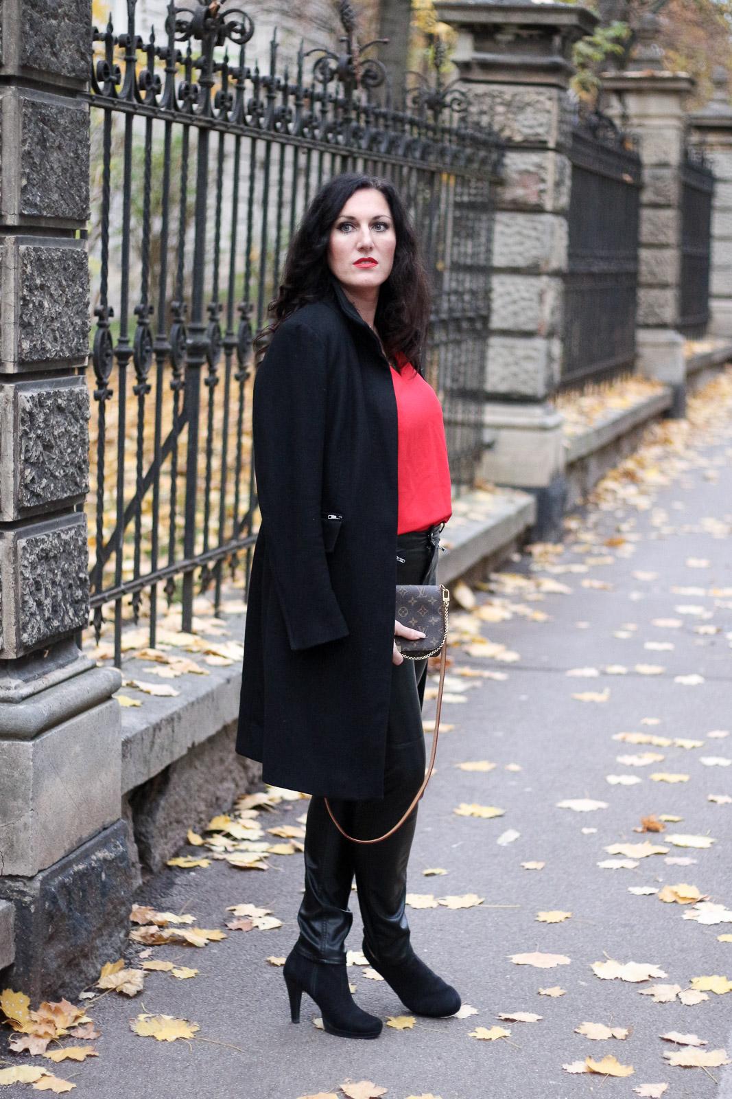 Outfit lederhose mit roter bluse und schwarzem wollmantel for Schwarzer wollmantel