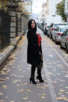 OUTFIT Lederhose mit roter Bluse und schwarzem Wollmantel - so kombiniere ich die Trendfarbe Rot im Herbst, Miss Classy, Grazer Fashion Blog, Lifestyle Blog, Bloggerin Graz, classy Fashion, schwarzer Wollmantel von Esprit, Lederhose, Favorite MM Clutch von Louis Vuitton, rote Bluse von H&M, Herbstmode, Trendfarbe rot, Stiefeletten, Lippenstift Lady Danger von MAC Cosmetics