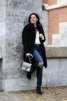 OUTFIT: Fake Fur Mantel mit Destroyed Jeans, Miss Classy, Grazer Fashion Blog, Lifestyle Blog, Bloggerin Graz, classy Fashion, Fake Fur Mantel von H&M, Destroyed Jeans von Tom Tailor, weißer Wollpullover, Handtasche von Sassy Classy, Wintermode, Stiefeletten