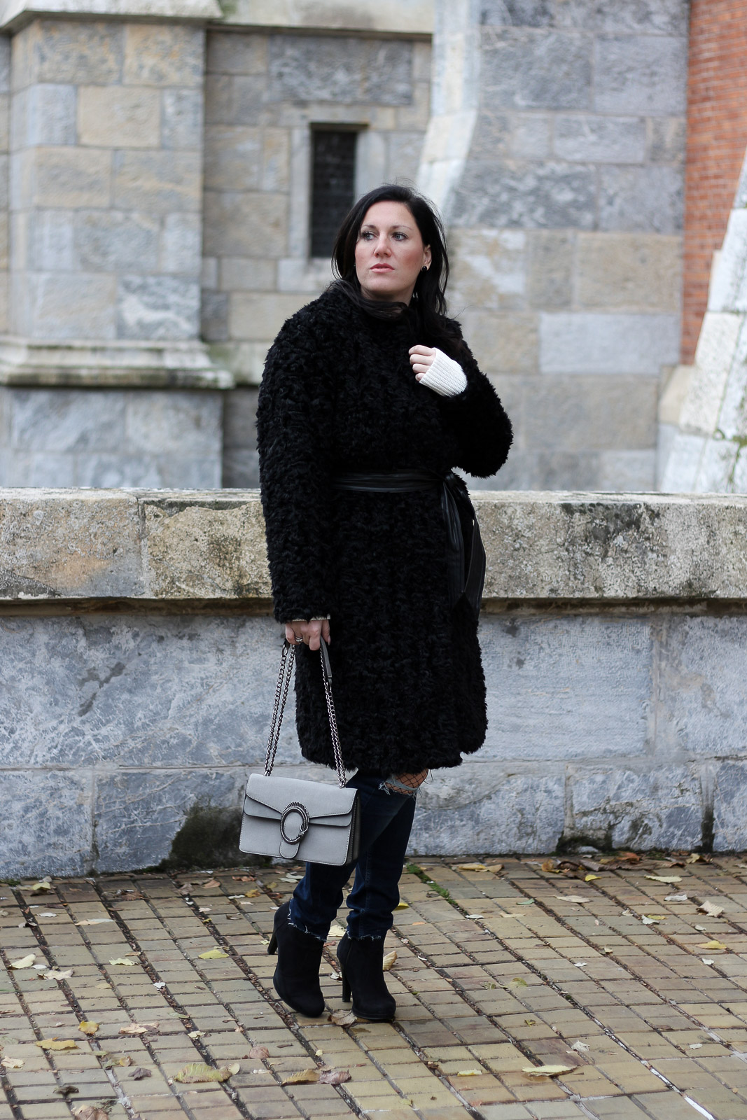 OUTFIT: Fake Fur Mantel mit Destroyed Jeans, Miss Classy, Grazer Fashion Blog, Lifestyle Blog, Bloggerin Graz, classy Fashion, Fake Fur Mantel von H&M, Destroyed Jeans von Tom Tailor, weißer Wollpullover, Handtasche von Sassy Classy, Wintermode, Stiefeletten
