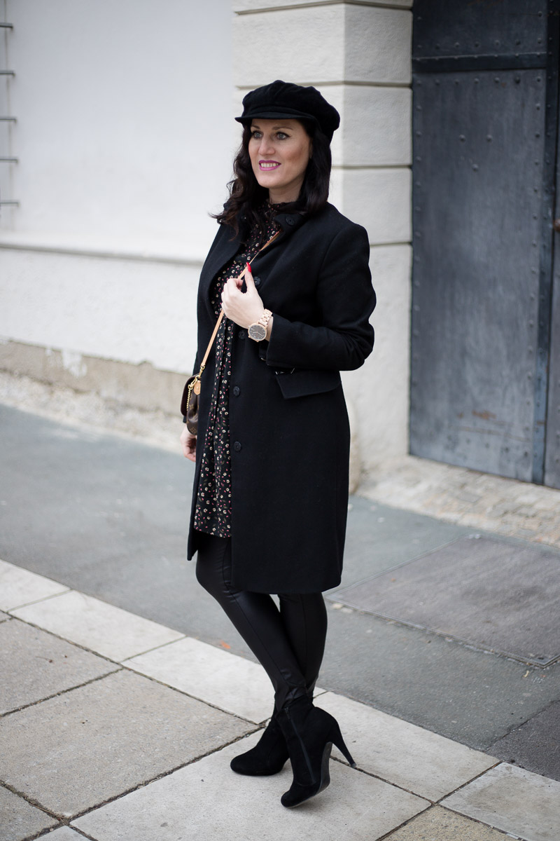 Cari Watches - meine neue Holzuhr als Accessoire zum Blumenkleid mit Leggings und Baker Boy, Fashion Blog, Mode Blog, Bloggerin Graz, Grazer Fashion Blog, classy Fashion, Miss Classy, Cari Watches, Cari Uhren, Holzuhr, Armbanduhr, Blumenkleid, Leggings, Baker Boy, Favroite Clutch von Louis Vuitton