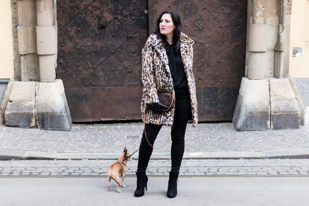 OUTFIT: Fake Fur Mantel mit Leopardenmuster und schwarzer Skinny Jeans