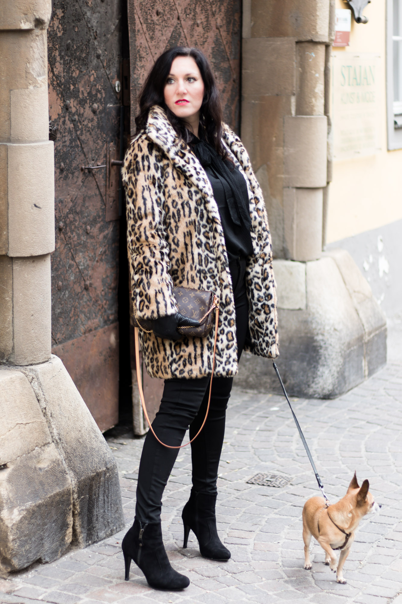 OUTFIT Fake Fur Mantel mit Leopardenmuster und schwarzer Skinny Jeans, Miss Classy, Grazer Fashion Blog, Lifestyle Blog, Bloggerin Graz, classy Fashion, Faux Fur Mantel, Leopardenprint, Fake Fur, Chihuahua, Hund, Lederhandschuhe, Favorite Clutch von Louis Vuitton, schwarze Bluse, Stiefeletten