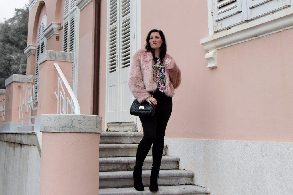 Rosa Fake Fur Jacke zu schwarzer Skinny Jeans und Baker Boy Mütze