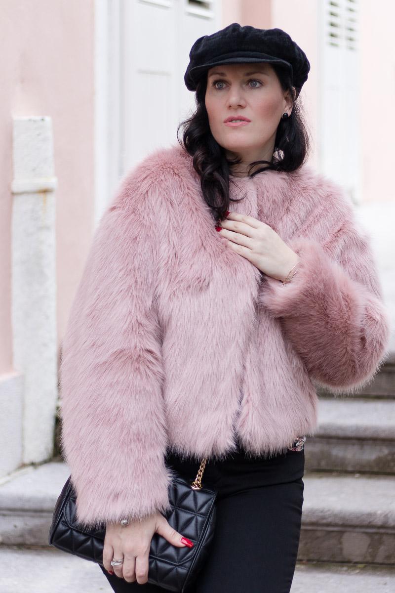 a21a9d60bc6b5b Rosa Fake Fur Jacke zu schwarzer skinny Jeans und Baker Boy Mütze, Fashion  Blog,