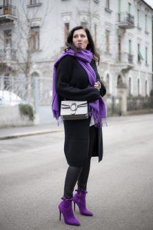 Ultra Violet - die Trendfarbe 2018 - 4Stylez4U, Fashion Blog, Mode Blog, Bloggerin Graz, Grazer Fashion Blog, classy Fashion, Miss Classy, Lederleggings, Ultra Violet Stiefeletten, Pantone Trendfarbe 2018, Layering, grauer Wollpullover, schwarze Strickcardigan, Handtasche von SassyClassy