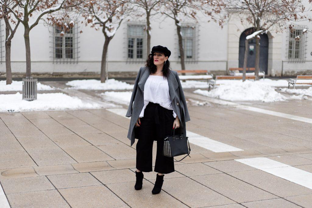 Culotte mit weißer Off-Shoulder Bluse und grauem Wollmantel