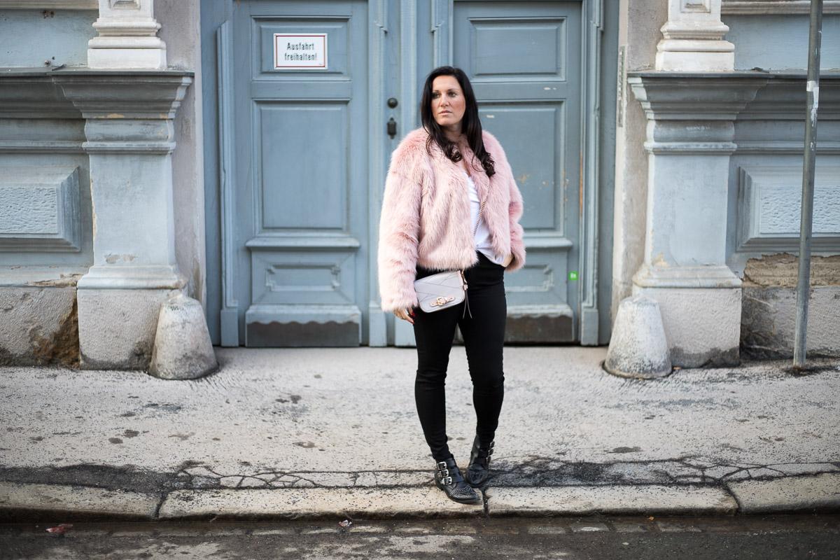 Rosa Fake Fur Jacke mit rosé goldenem Schmuck