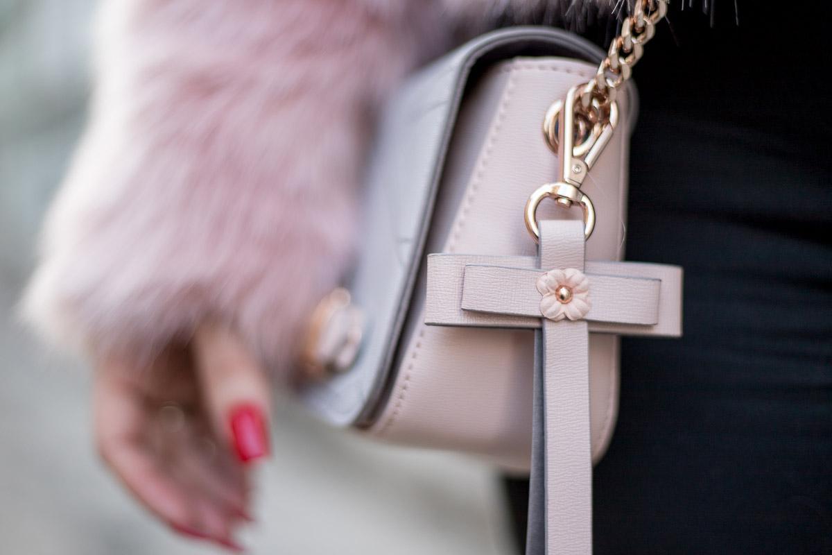 Rosa Fake Fur Jacke mit rosé goldenem Schmuck, Faux Fur, Marina Hoermanseder Handtasche, Nietenboots, Paul Hewitt Armbanduhr, Actopp Armband, Actopp Armreif, Schmuck aus Edelstahl, Fashionblog, Modeblog, Blogger Graz, Fashion Blog Graz, Miss Classy