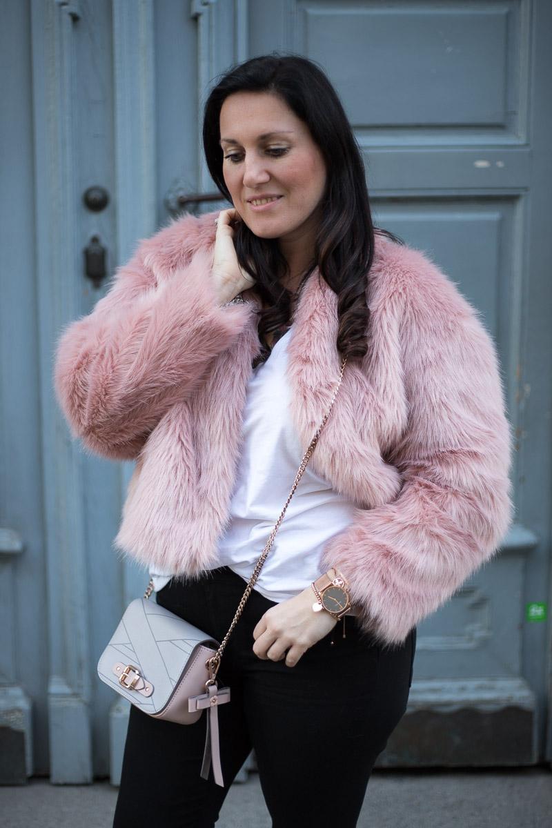 rosa fake fur jacke mit ros goldenem schmuck miss classy. Black Bedroom Furniture Sets. Home Design Ideas