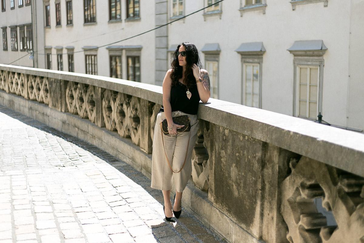 Spring Vibes mit Culotte aus glitzerndem Leinen-Mix und Halskette mit echter Chrysantheme, Esprit, Culotte, Leinenhose, Favorite von Louis Vuitton, Blumenkind, Blumenkind Schmuck, High Heels, Sonnenbrille von Burberry, Fashionblog, Modeblog, Blogger Graz, Fashion Blog Graz, Miss Classy