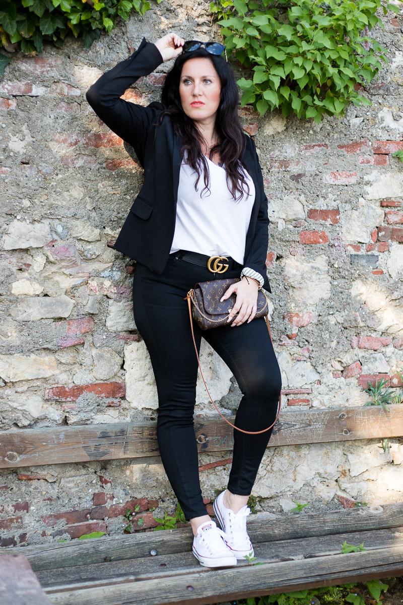 Outfit mit weißen Converse zu schwarzer Skinny Jeans und Gucci Gürtel, Converse, Chuck Taylor, Sneaker, Gucci, Louis Vuitton, Favorite von Louis Vuitton, Fashionblog, Modeblog, Blogger Graz, Fashion Blog Graz, Miss Classy