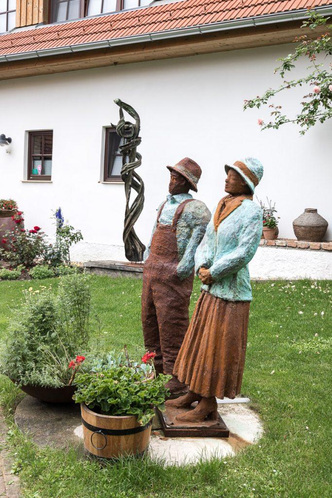Kunst im Garten, Der Arkadenhof – #hideaway im Südburgenland // Der Arkadenhof, Dreikanthof, idyllischen Urlaubsdomizil, Entspannung, Reiseblog Österreich, www.miss-classy.com #burgenland #reise #reiseblog #arkadenhof #derarkadenhof