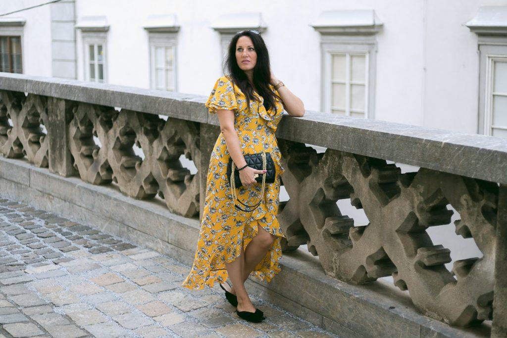 Sommer Outfit mit meinem gelben Wickelkleid mit Rüschen