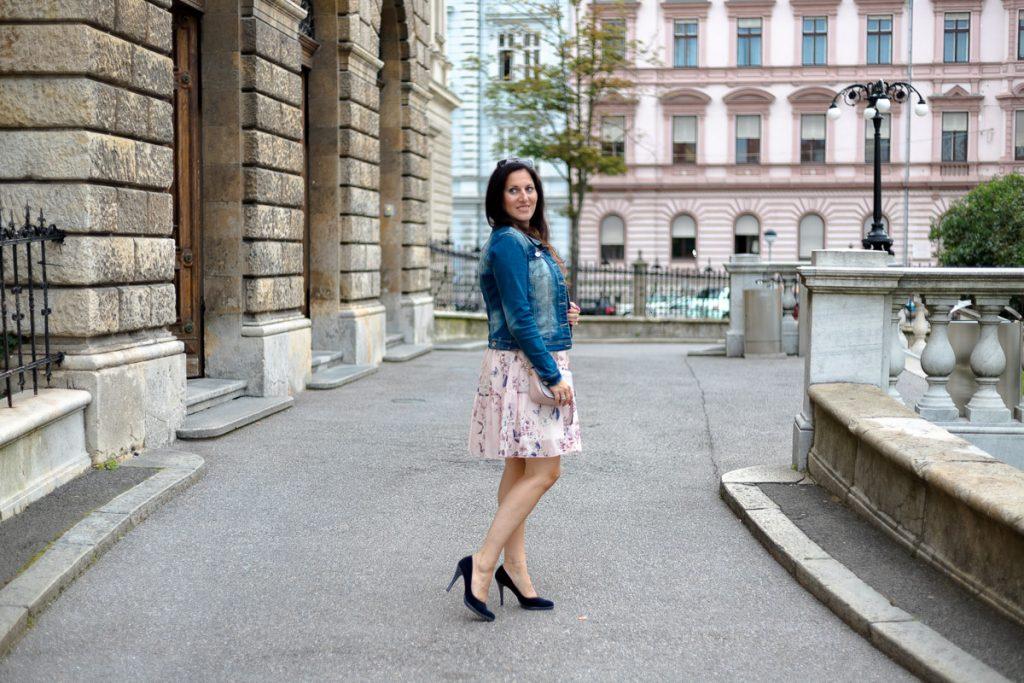 Zartes rosa Sommerkleid mit Jeansjacke und High Heels