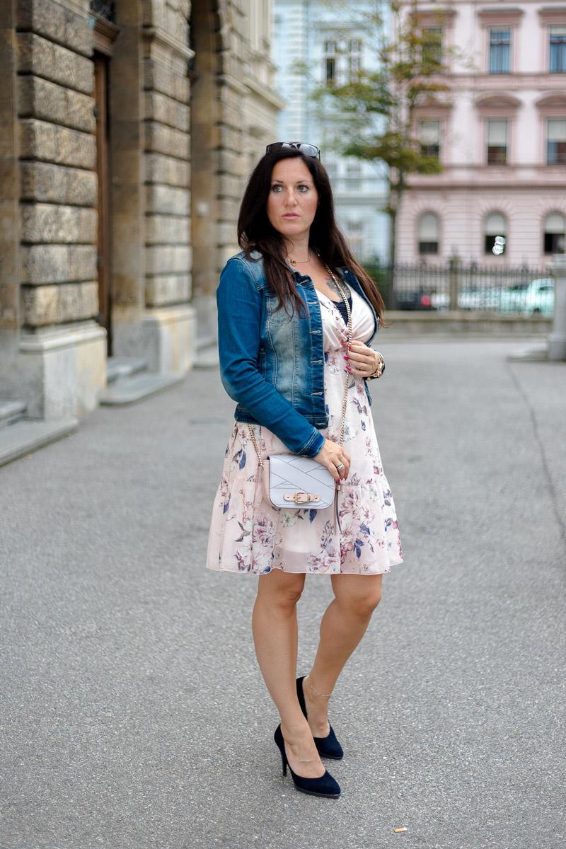 Zartes rosa Sommerkleid mit Jeansjacke und High Heels, Kleid von Albamoda, Marina Hoermanseder Handtasche, High Heels von Peter Kaiser, Jeansjacke, Fashionblog, Modeblog, Blogger Graz, Fashion Blog Graz, Miss Classy