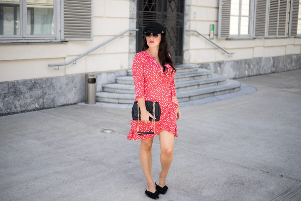 Rotes Wickelkleid mit Polka Dots