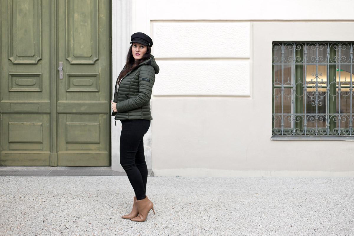Herbstoutfit mit olivgrüner Steppjacke, Steppjacke von YouModo, Gucci Gürtel, Handtasche von Maxwell Scott, Stiefeletten von Esprit, Baker Boy Hat, Fashionblog, Modeblog, Blog Graz, Fashion Blog Graz, Miss Classy