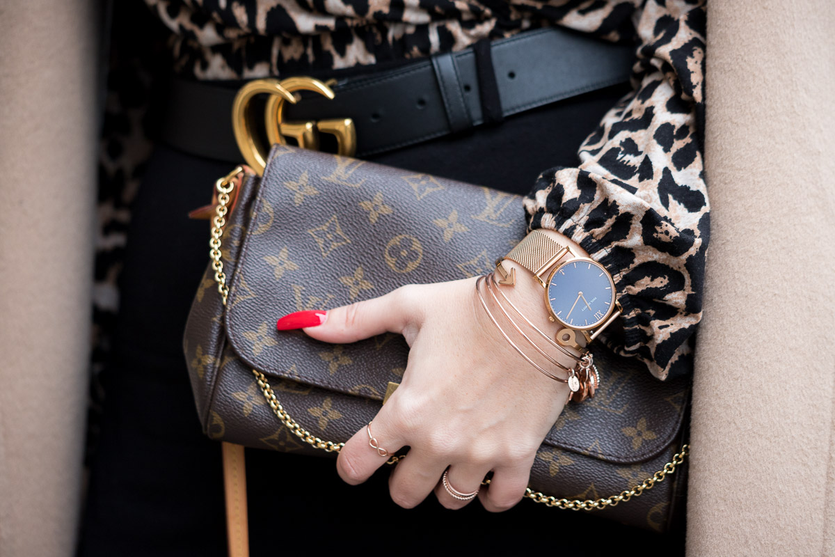 Leo-Bluse mit Camel Coat und roségoldener Schmuck von Leaf, Clutch von Louis Vuitton, Favorite Louis Vuitton, Gucci, Wollmantel, Sonnenbrille von Burberry, Camel Coat, Leoprint, Leo-Bluse, Schwarze Strumpfhose, Pumps, Fashionblog, Modeblog, Blog Graz, Fashion Blog Graz, Miss Classy