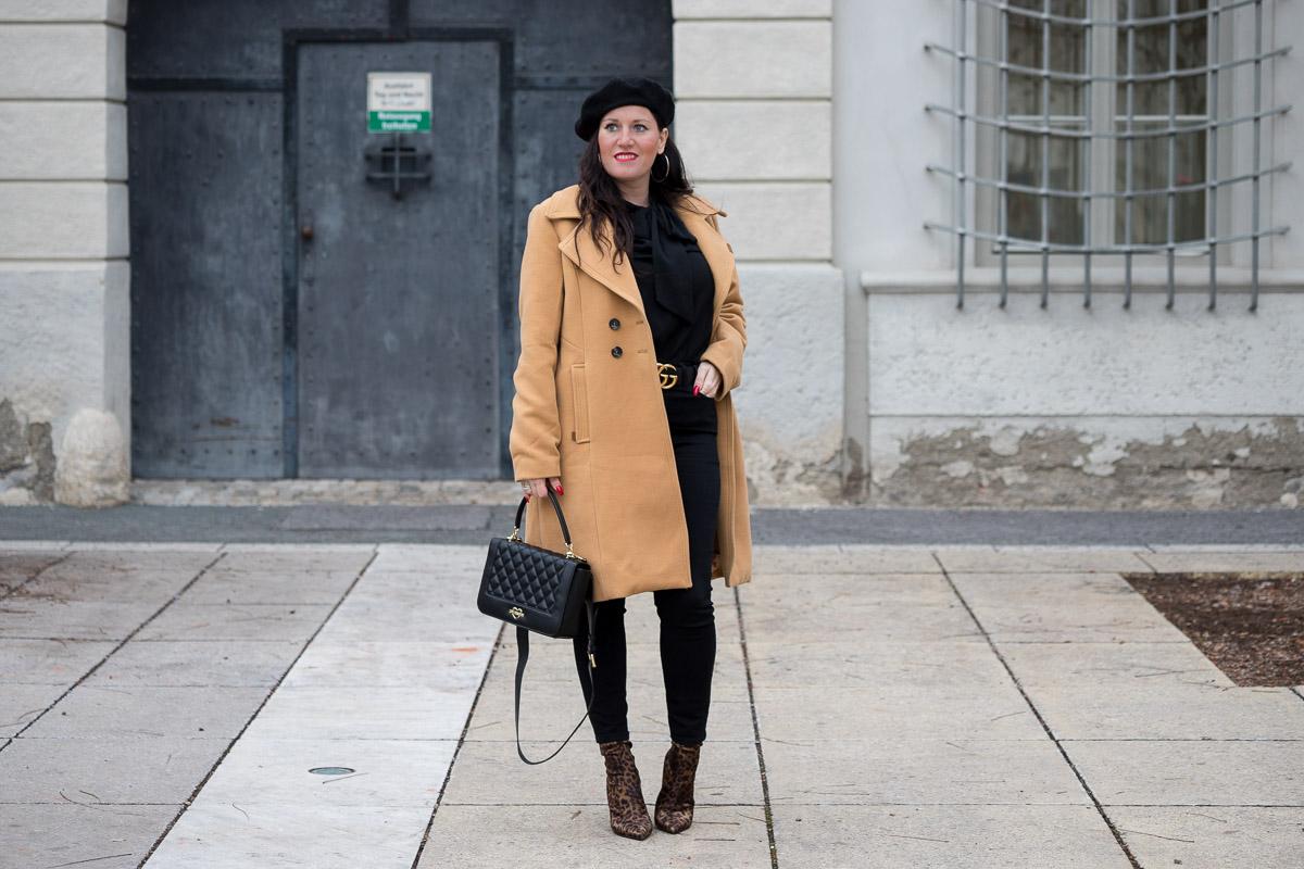 Outfit mit Camel Coat und Leoprint-Stiefeletten