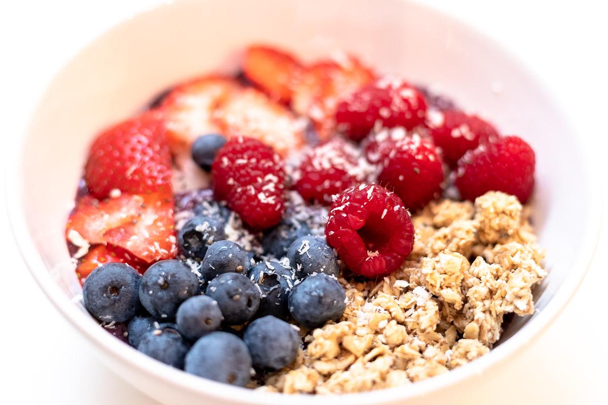 Superfood - Acai Bowls selber machen, Acai Bowl mit Granola, Himbeeren, Erbeeren und Heidelbeeren, Foodblog, Blog Graz, Miss Classy