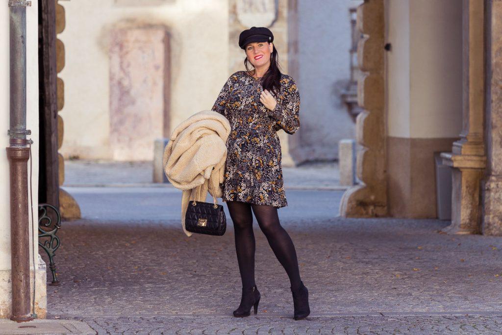 Outfit mit Teddy Coat und Blumenkleid