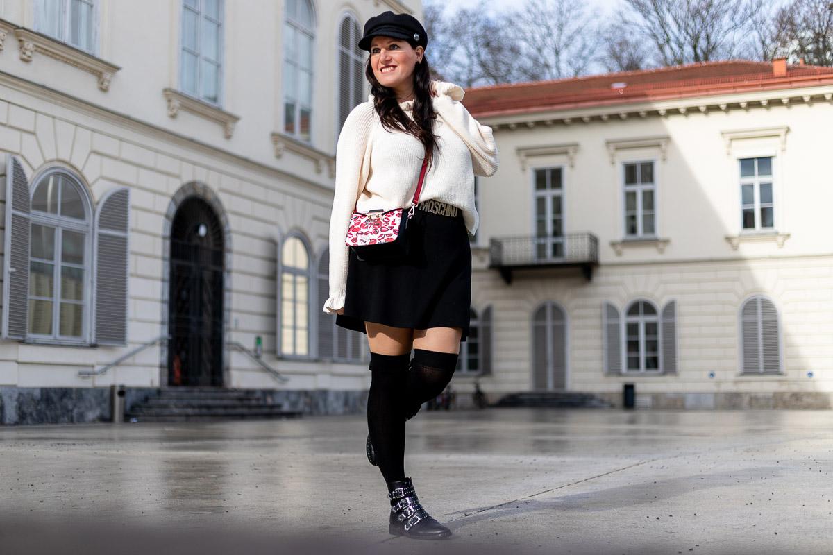 Outfit mit weißem Faux-Fur-Mantel, schwarzem Rock und Overknee Strümpfen