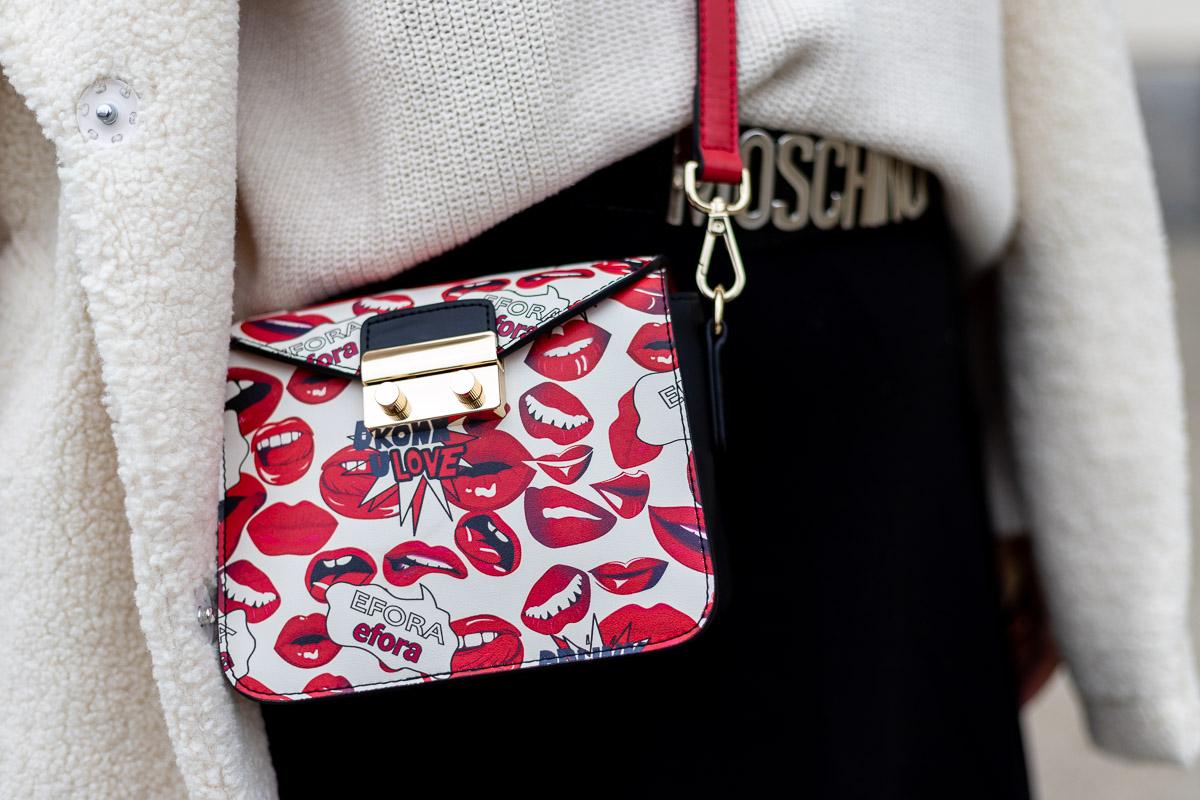 Outfit mit weißem Faux-Fur-Mantel, schwarzem Rock, Overknee Strümpfen und Efora Hot red Lips Handtasche, Moschino Gürtel, Fashionblog, Modeblog, Fashion Blog Graz, Miss Classy