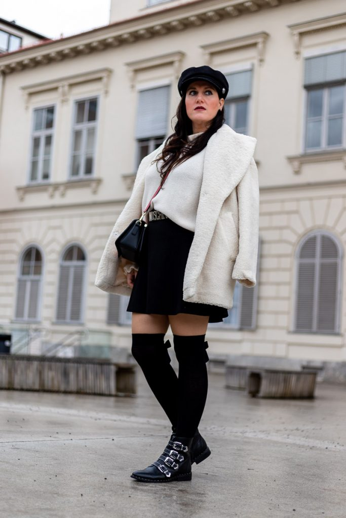 Outfit mit weißem Faux-Fur-Mantel, schwarzem Rock, Overknee Strümpfen und Efora Hot red Lips Handtasche, Moschino Gürtel, Fashionblog, Modeblog, Fashion Blog Graz, Miss Classy