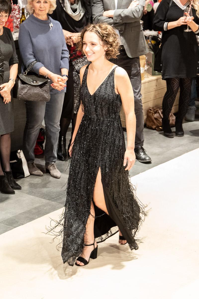 Fashion Week Fürstenfeld 2019 - Die Gewinnerin Laura-Marie Knauhs mit ihrem eleganten Abendkleid aus schwarzem Pailetten-Tüll